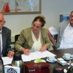 Mart Lucassen en Pauline Hillen tekenen